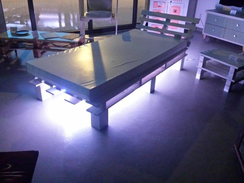 palettenbett mit beleuchtung heimdesign innenarchitektur und m belideen. Black Bedroom Furniture Sets. Home Design Ideas